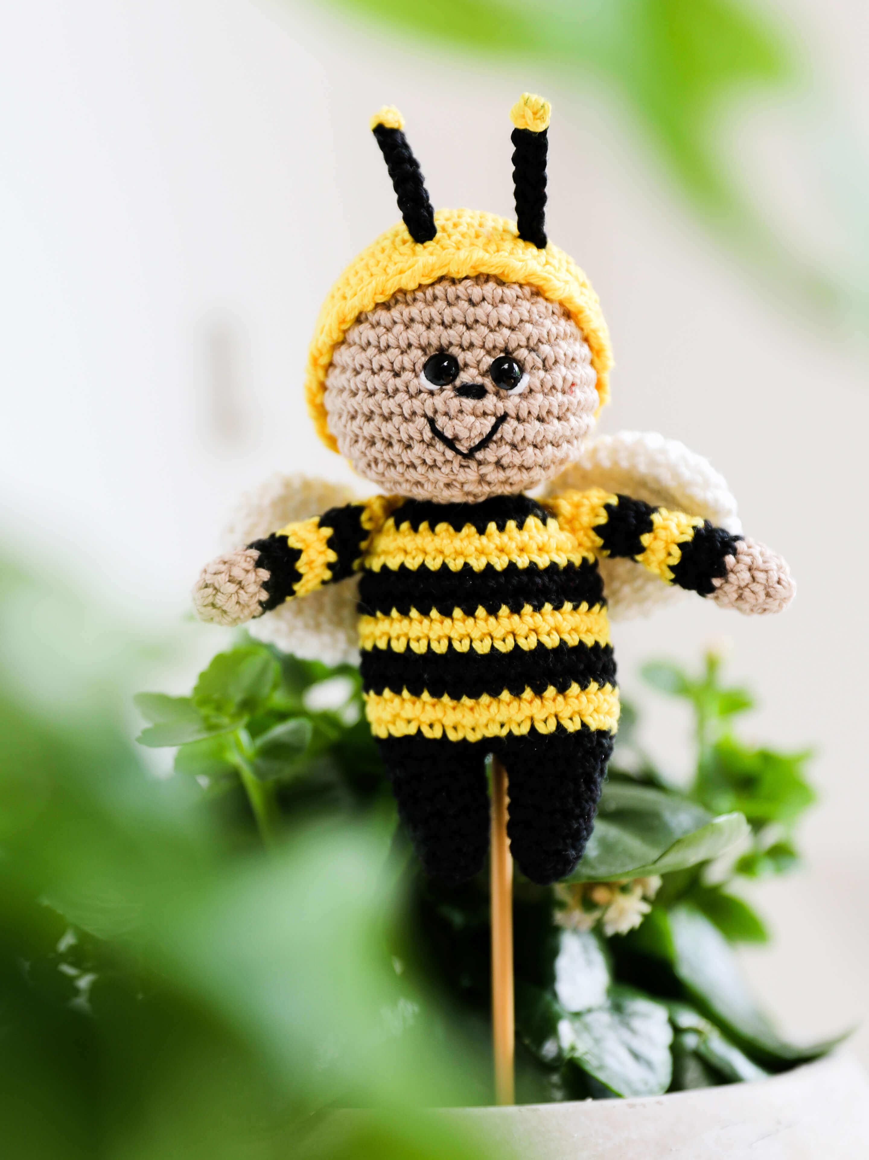 Gehäkelter Bienenstecker im Blumentopf