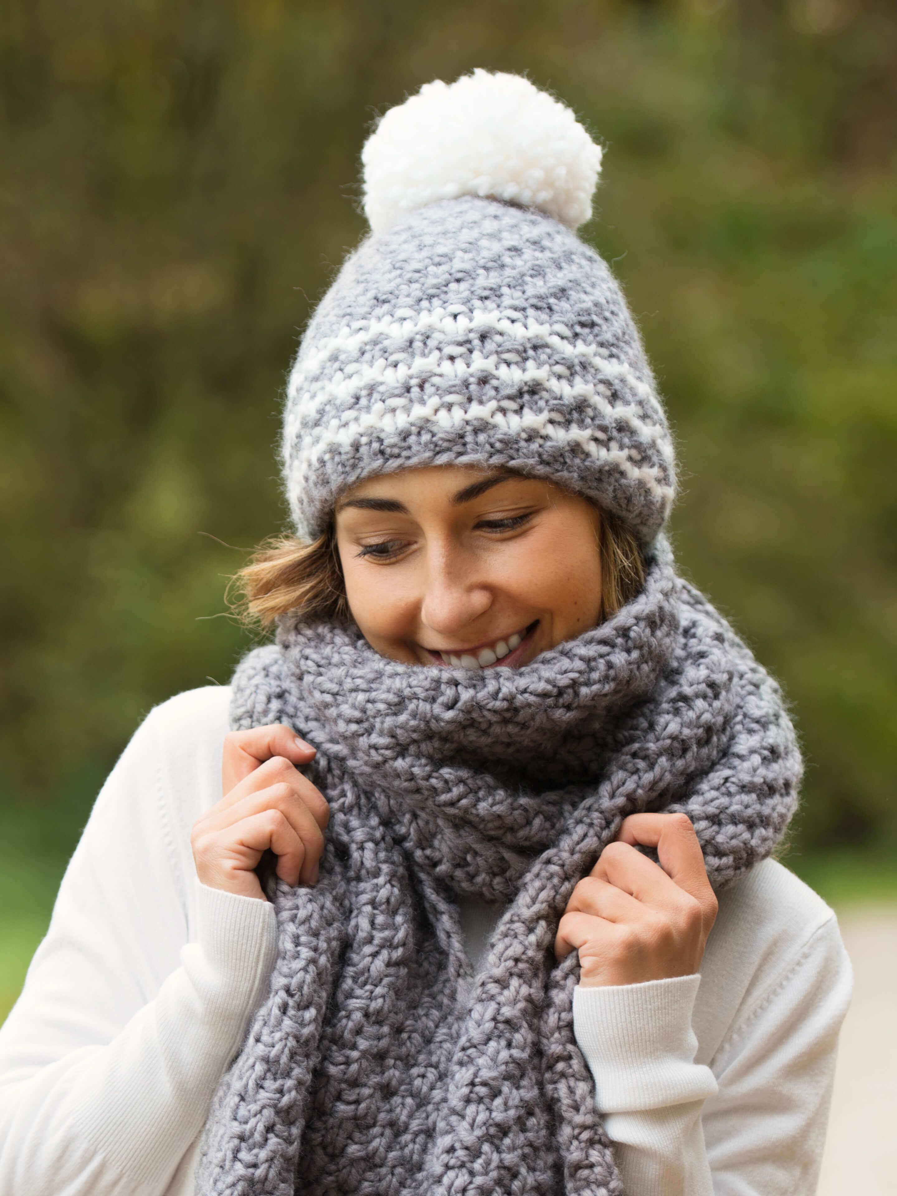 Frau mit Wintermütze und Kuschelschal