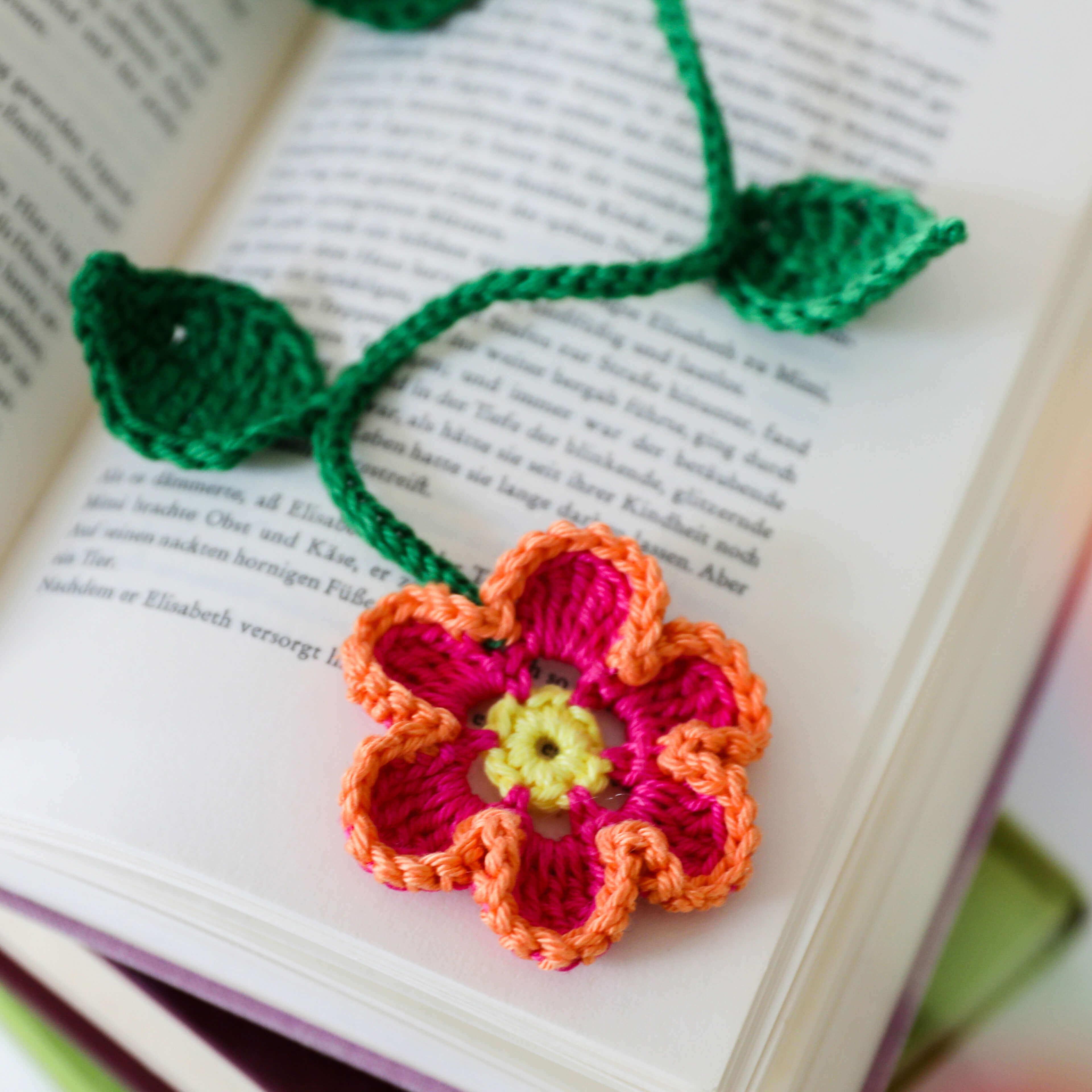 Gehäkeltes Blumenlesezeichen auf Buch