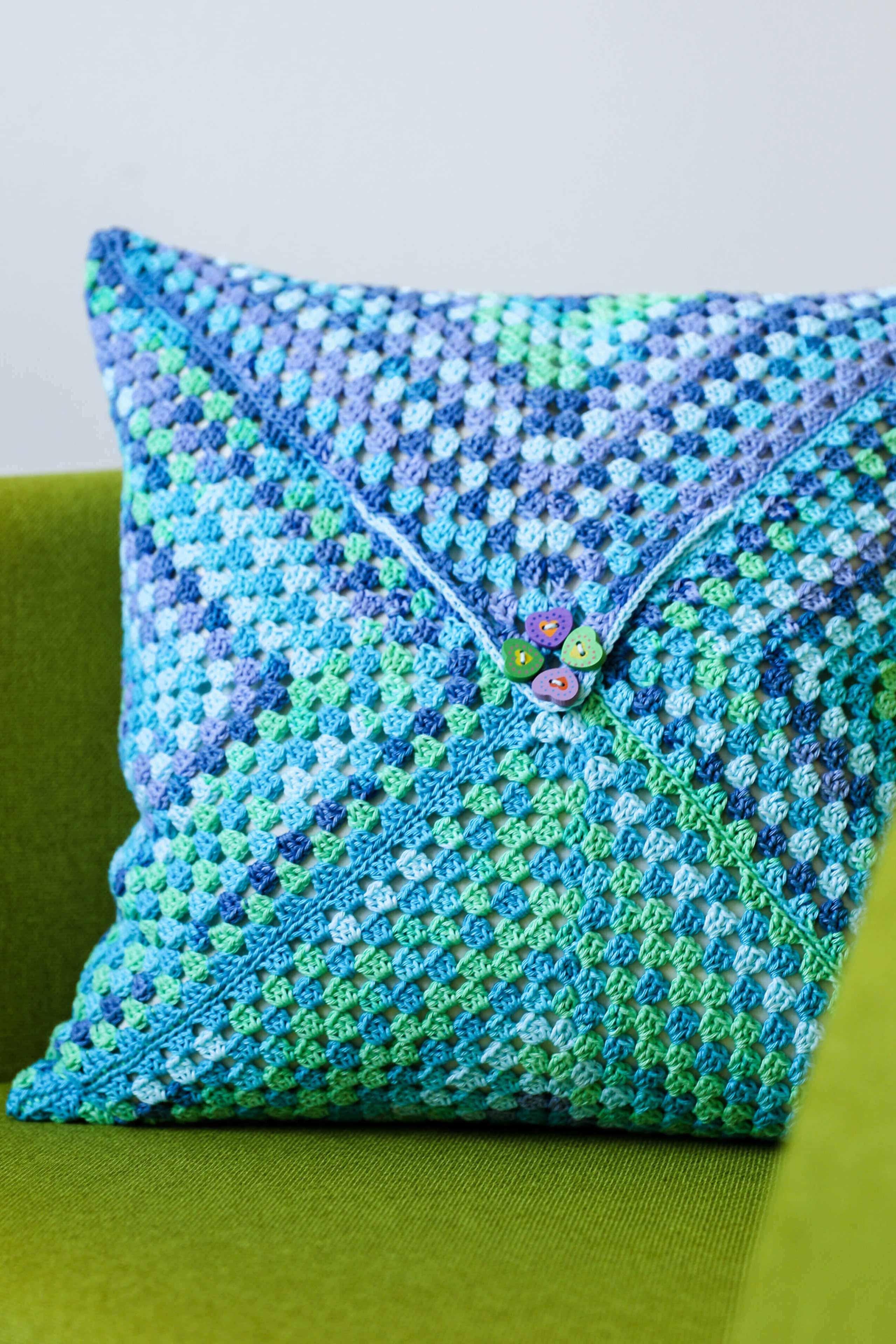 Gehäkelte Kissenhülle aus Gründl Cotton Quick Batik im Granny Square Stil und Knopf