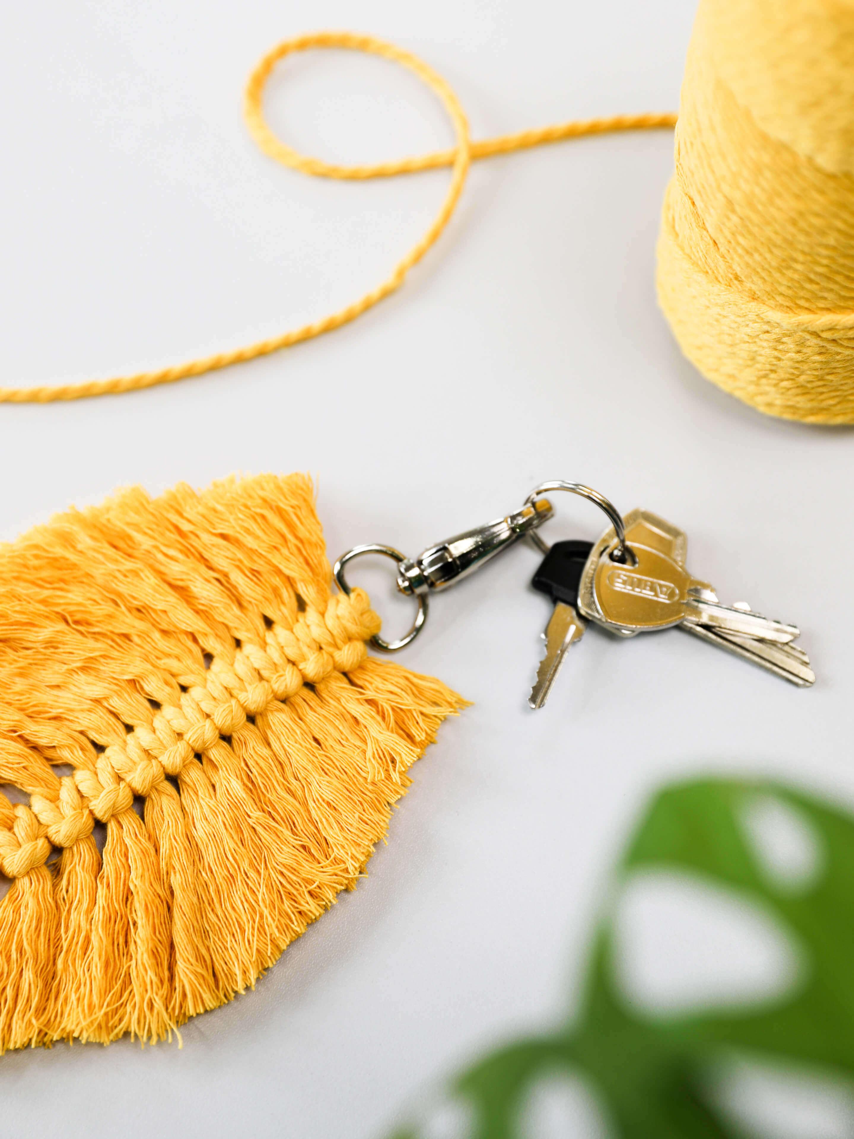 Makramee-Federschlüsselanhänger in gelb