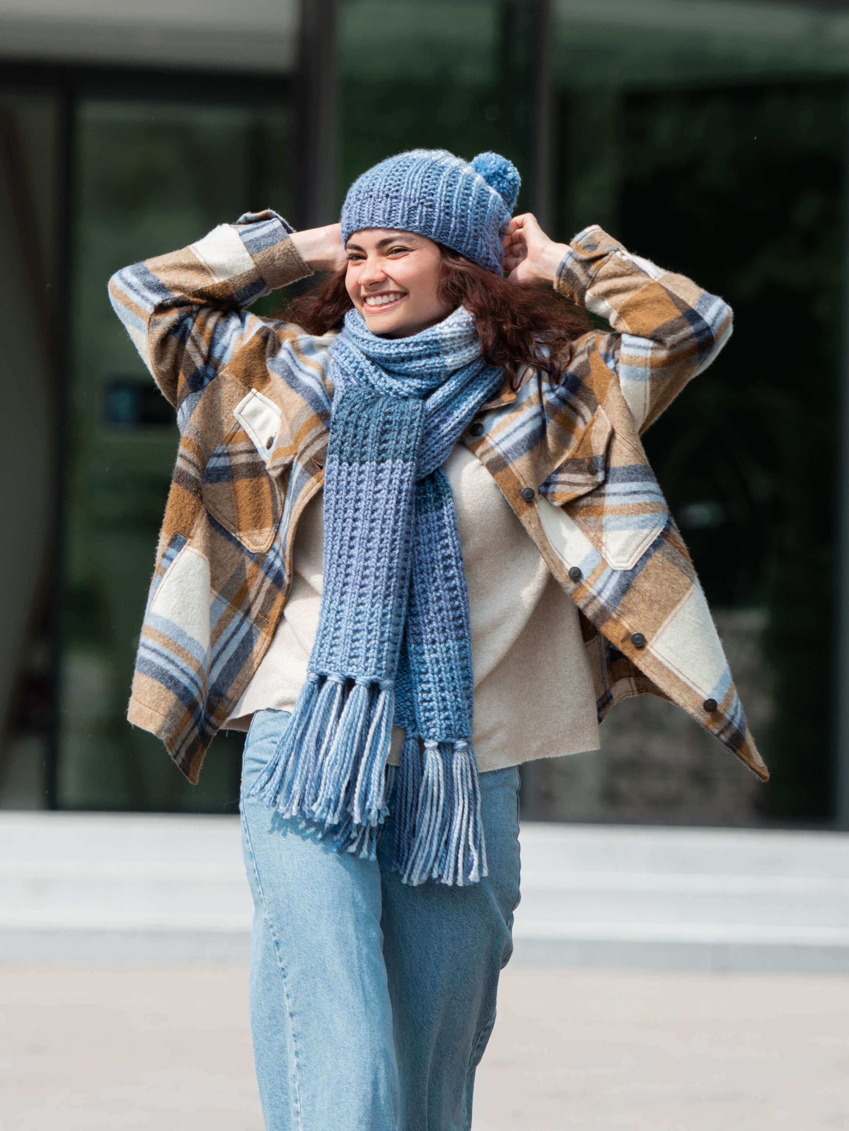 Schal und Mütze im Strukturmuster