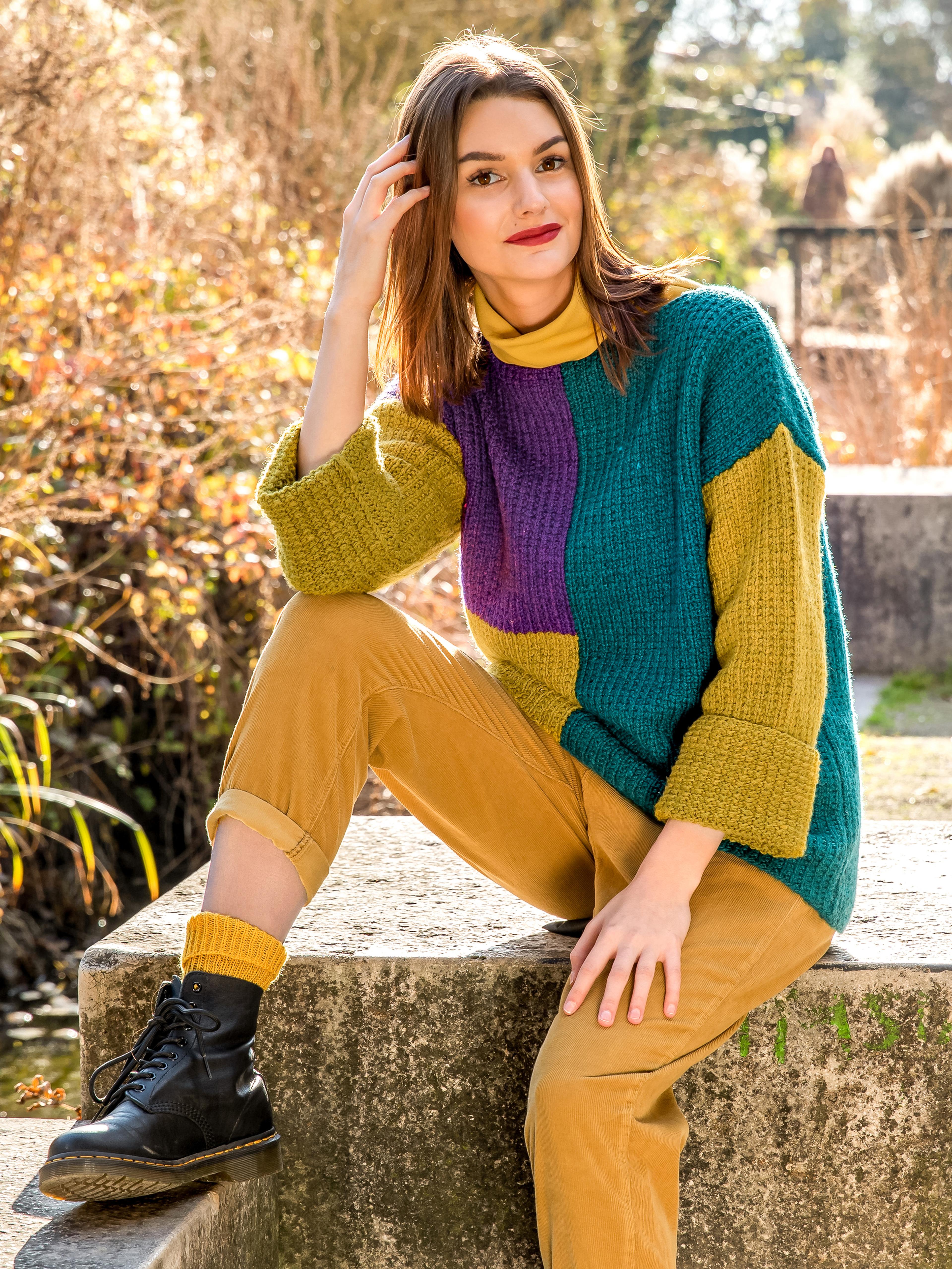Frau mit bunt gestricktem Pullover aus Princess Wolle von Gründl