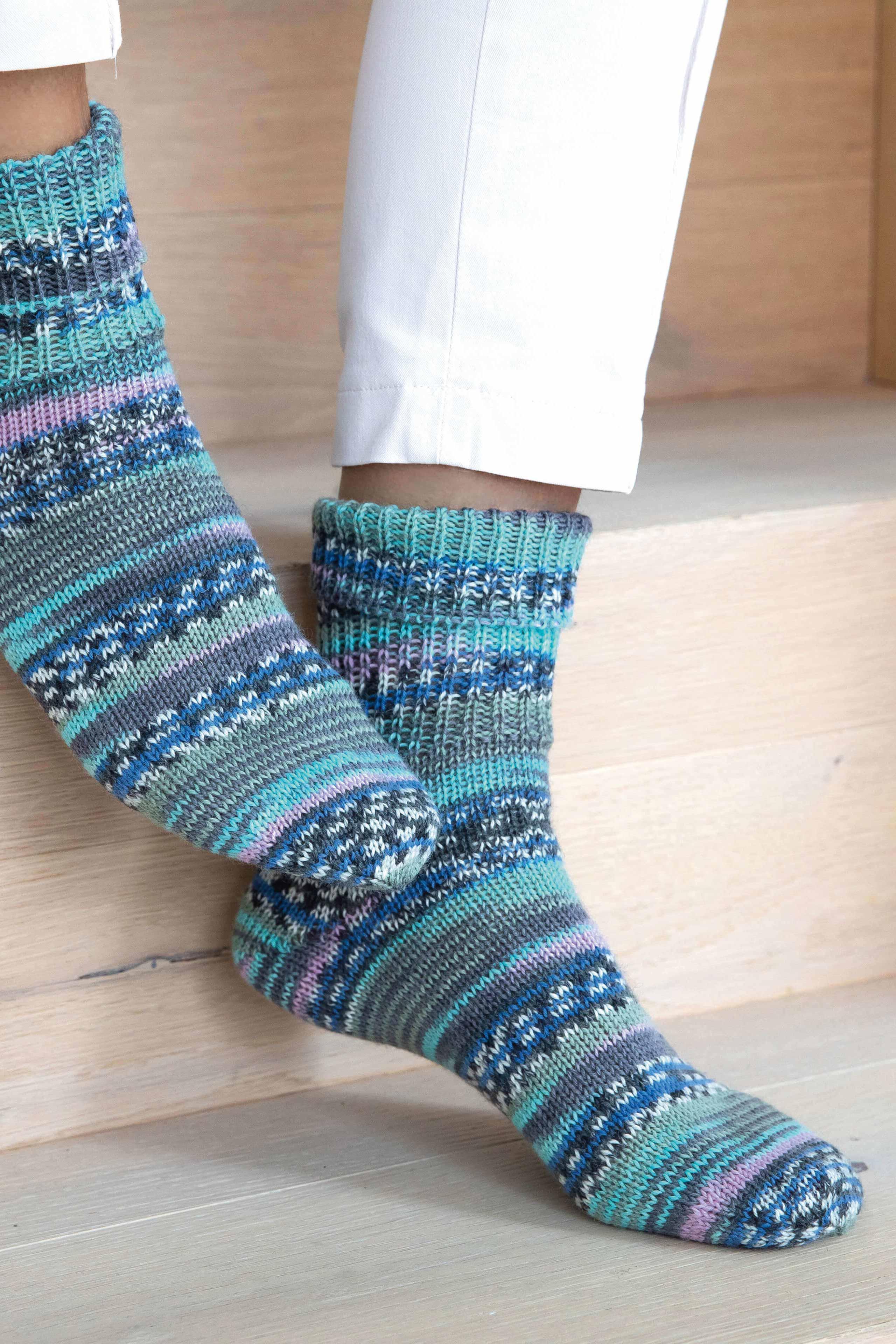 Gestrickte Socken in blau mit Farbverlaufsgarn